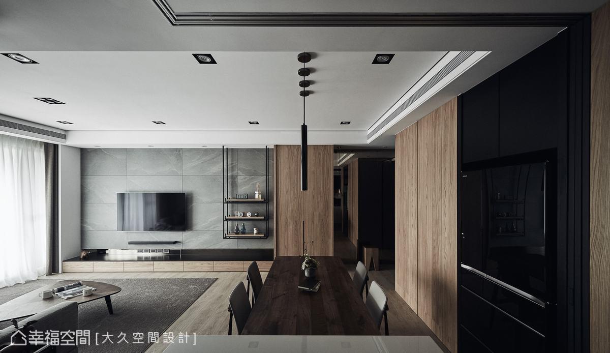 客廳與餐廚場域之間沒有設置實體隔間牆,加強了光影的流動感,在沉穩的空間中挹注一抹生意。
