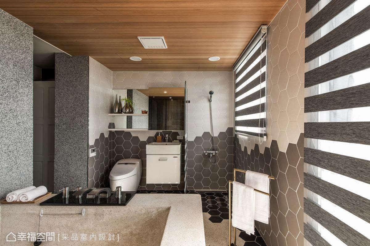 格局重塑後加大主衛浴空間,以浴缸為軸線中心配置雙動線,一側是衣櫃的延伸,一側統合洗臉台、馬桶、淋浴機能。