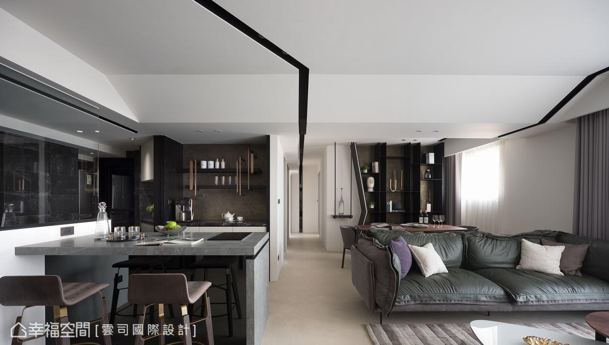 天花板的斜角的燈帶,從玄關延伸到廊道底部,讓空間線條簡潔有力,也讓天花板的視覺感更寬闊。