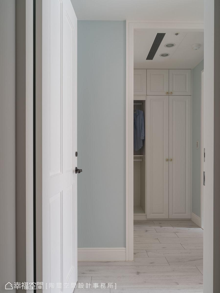 進入主臥門口有一處L型畸零空間,林欣璇設計師將其活用並作為衣櫃及更衣室使用。