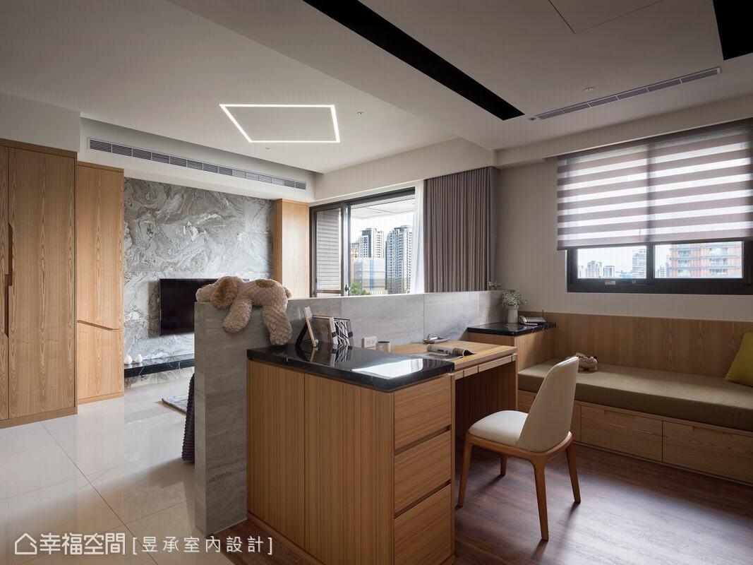 透過無間隔的半腰矮牆吧台重新界定空間,搭配溫潤木皮材質交錯,重塑視覺開闊大氣的寬敞感。