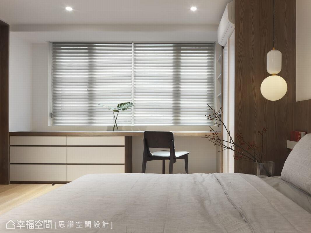 臥房以衣櫃形式將收納空間做精密規劃,讓空間做最大化運用和保留完整性,搭配造型燈飾設計,創造出明淨無負擔的視覺感受。