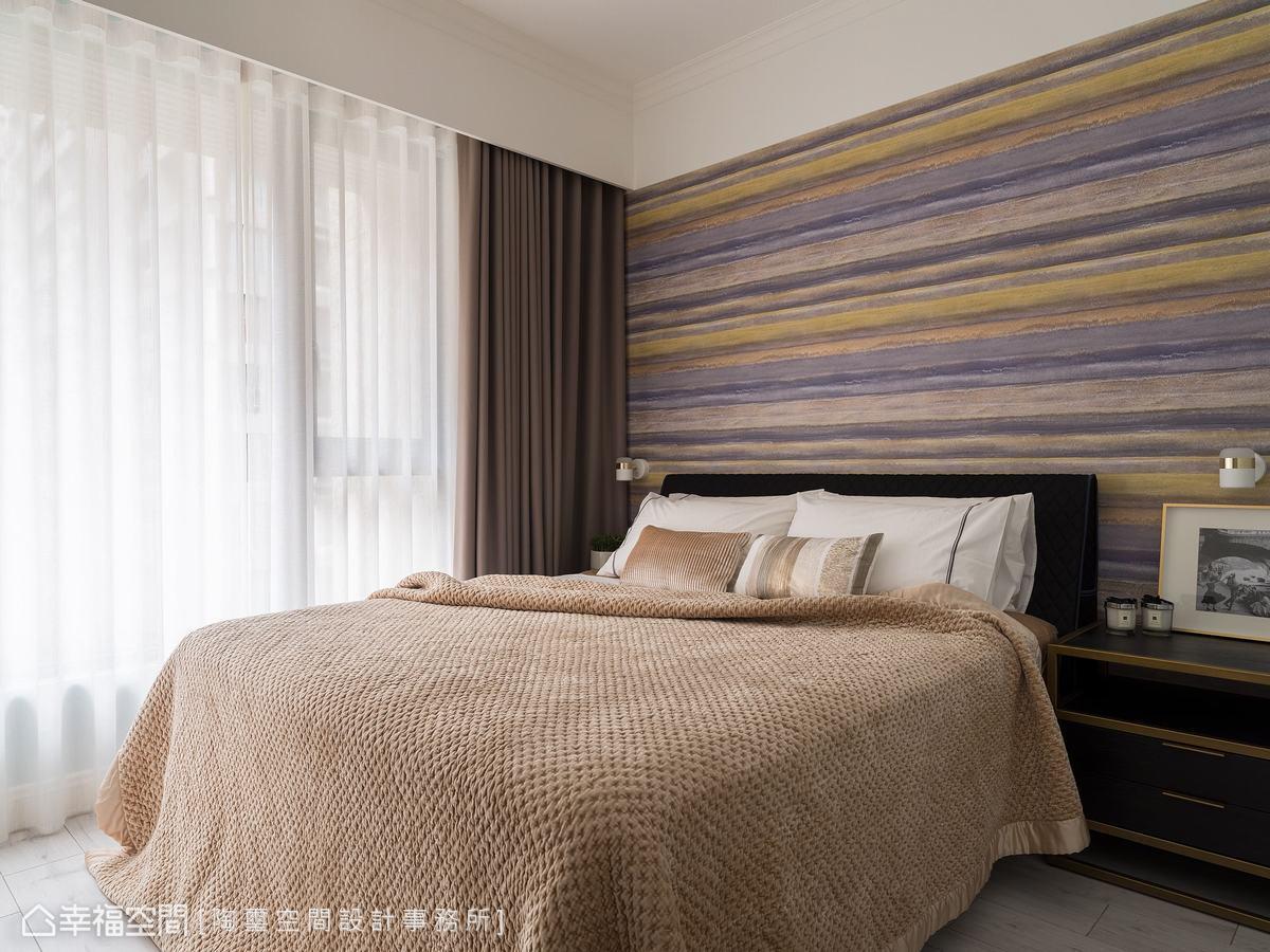 採光極佳的主臥房,林欣璇設計師選用猶如夕陽餘暉的光影變化,渲染出臥房的溫潤沉靜。