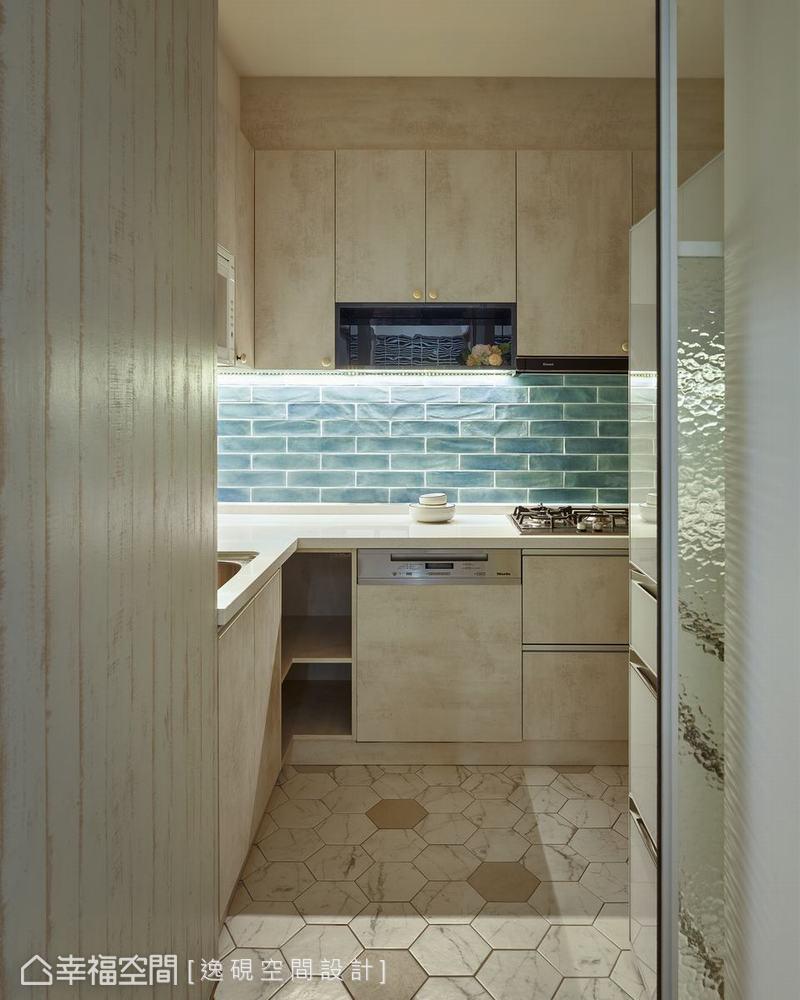 運用了鮮明藍綠地鐵磚鋪排廚房壁面,搭配六角花磚地坪,呼應微鄉村居家風格。