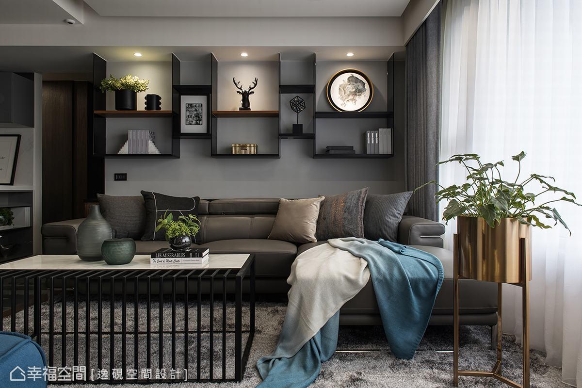 沙發背牆以玻璃結合系統層板打造出猶如美術館的陳列空間,獨特的線條切割為客廳創造出品味端景,增加客廳的視覺層次。