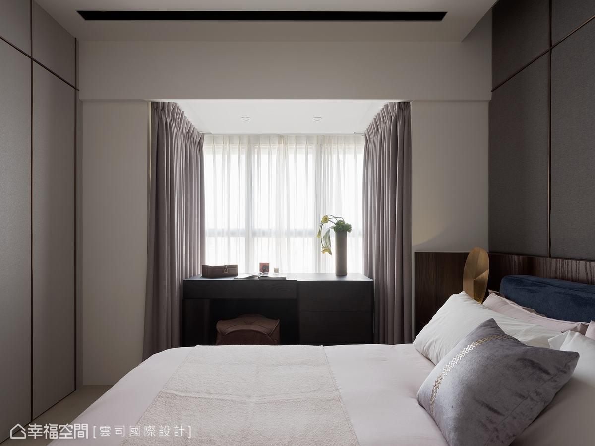 以白色為基調,搭配深色的書桌,營造沉穩大器的寢臥氛圍,開闊的窗台,讓採光更加明亮。