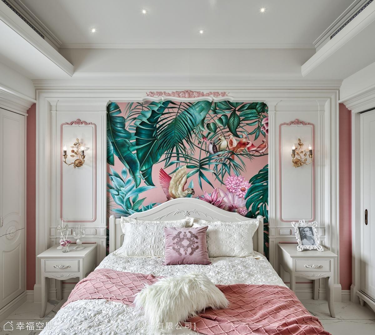 選用媽媽最愛的粉紅色打底,並特製粉色木工雕花妝點,輔以粉色絲質壁布塑造夢幻公主風。