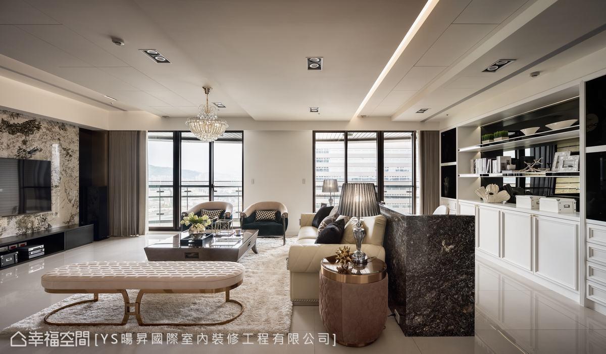 由於客廳為兩戶打通,設計師利用高低層次的天花修飾梁柱,並巧妙將冷氣、除濕機等設備隱藏於其中。