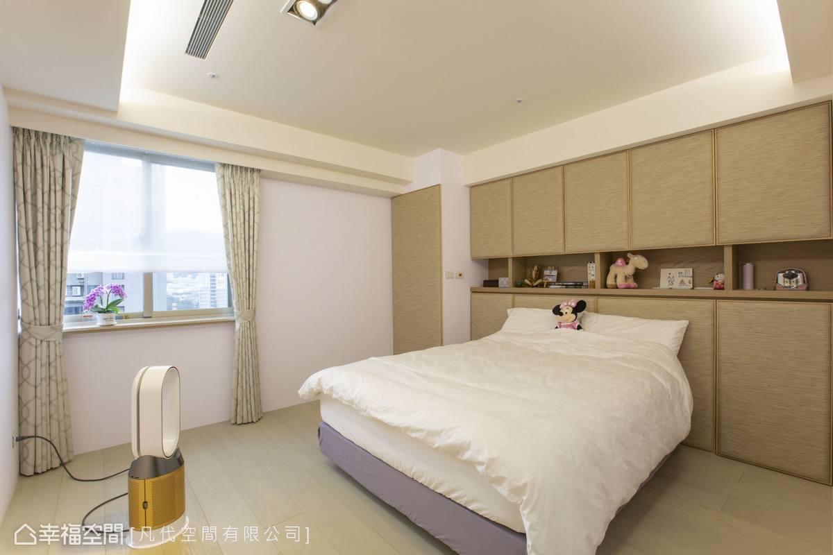 床頭植入整面櫃體滿足收納機能,並包覆上優雅外衣挹注素雅氣息。