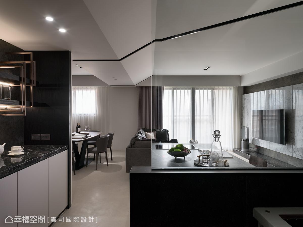 在廚房和中島間做了玻璃隔間,放大視覺感,也拉近了廚房與開放空間的距離。