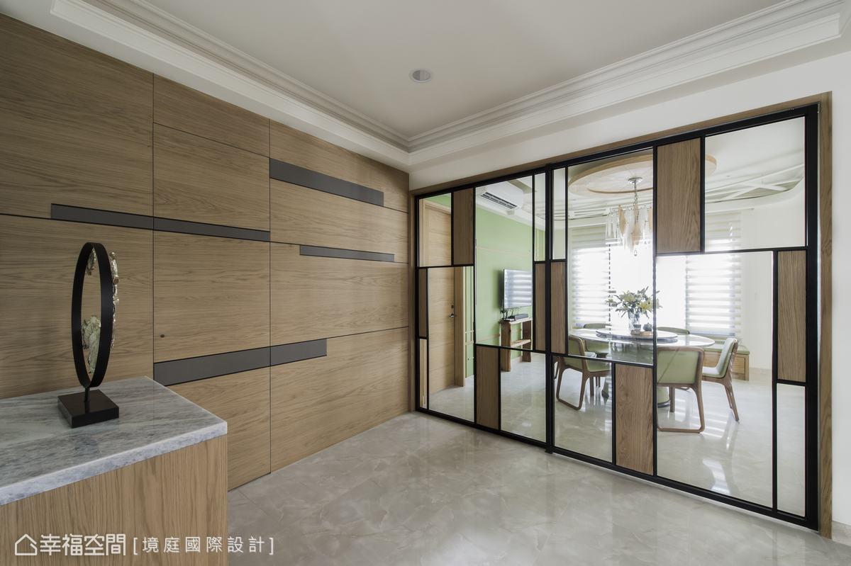 餐廚區拉門以原木、鐵件作垂直線條分割,與院子、玄關的大門相呼應。