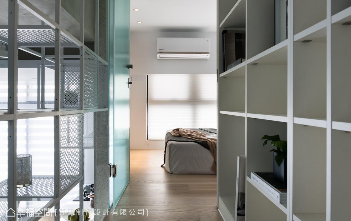 由於房屋為單面採光,在房門的材質上選用長虹玻璃,既保留隱私性,又能使光線通透。