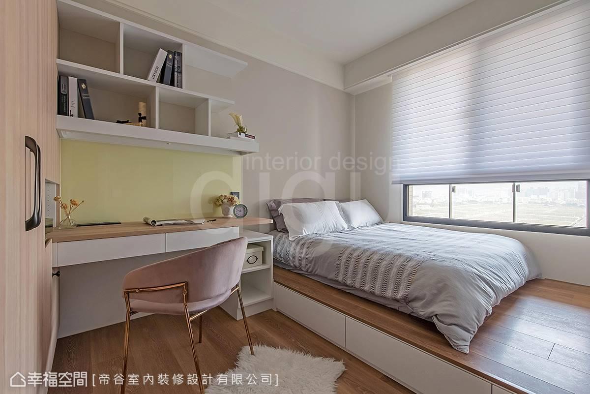 運用架高床鋪、開放式壁架滿足龐大的收納需求。