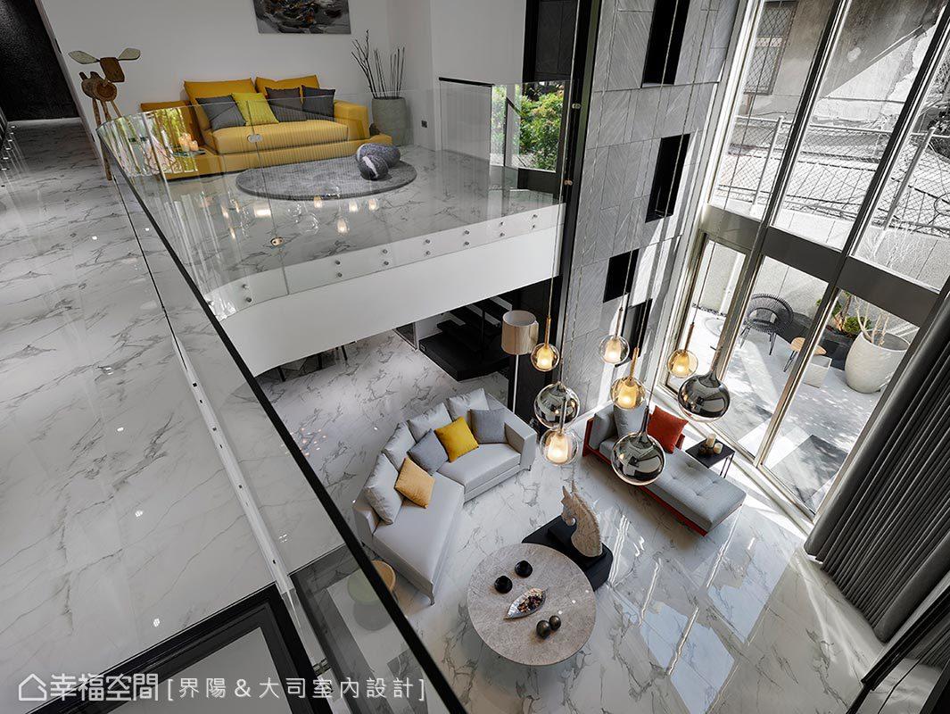 局部透明地板加上弧形玻璃圍欄,維持最佳的穿透度,讓全區上、下景色相互貫串。放眼望去,清透簡約的白色空間,也因精選的鮮豔軟件和三米吊燈,而有了國外藝術館般的氣息。