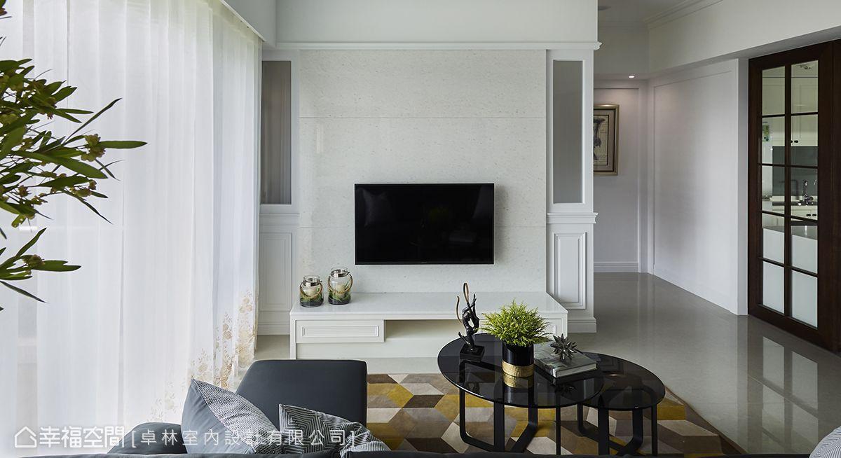 大面落地窗形成的良好採光是空間天賦,因此客廳以白皙色系相迎,兩相交疊,顯出雅緻宜人的居家氛圍。