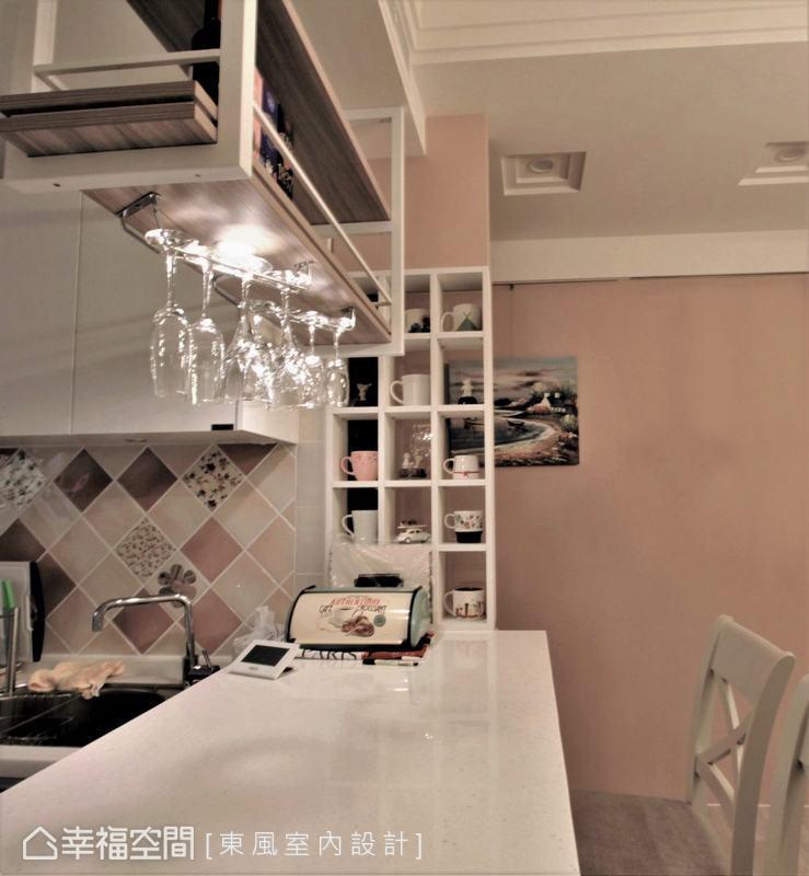 擅長營造生活美感的林嘉慶設計師,透過細節讓每個轉角都能體現生活之美,吧檯旁運用層板隔出馬克杯架搭配廚房的花磚,創造出餐廚區的層次端景。