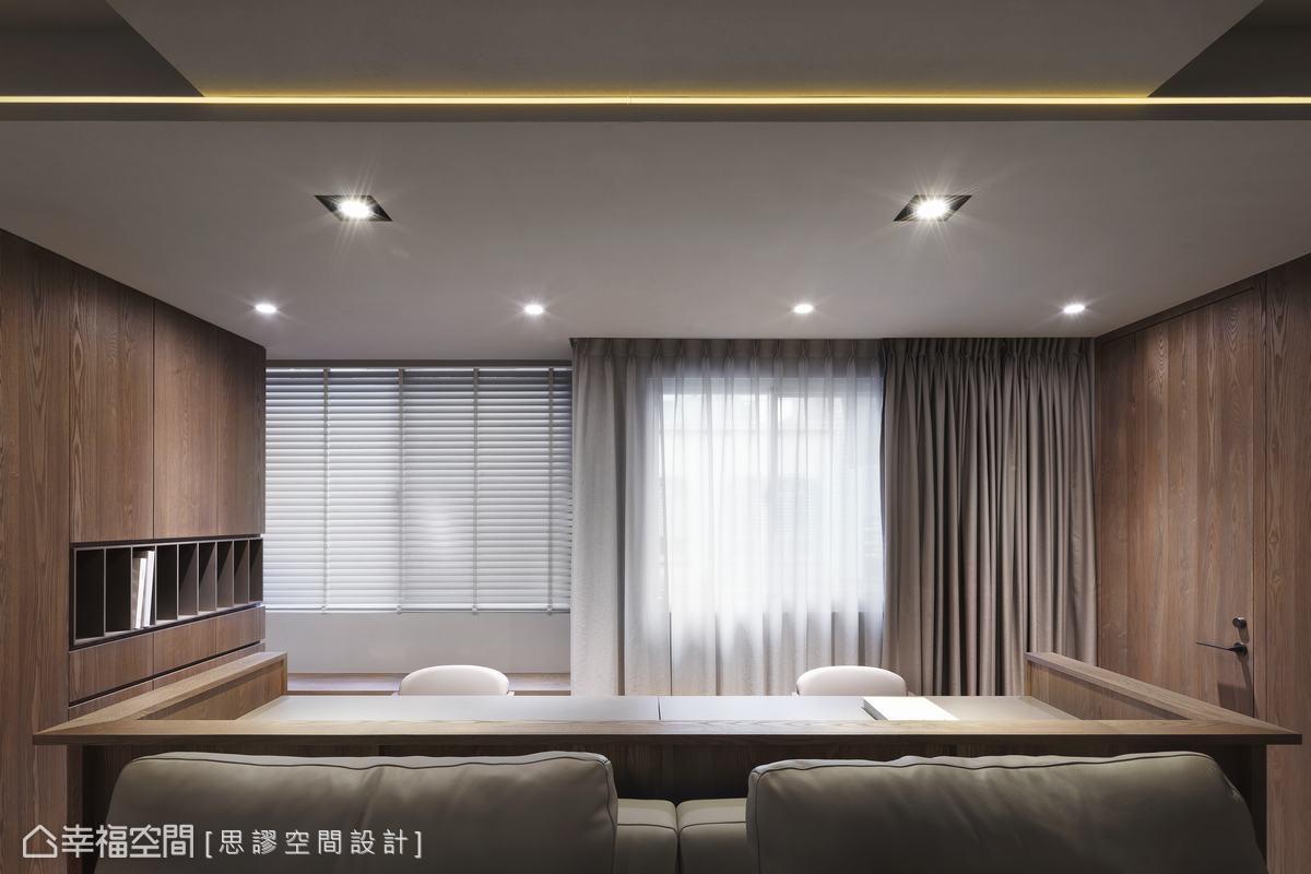 閱讀區與沙發並肩而立,以家具界定空間機能,大面開窗引景入室,讓風光得以在空間中暢通優遊。