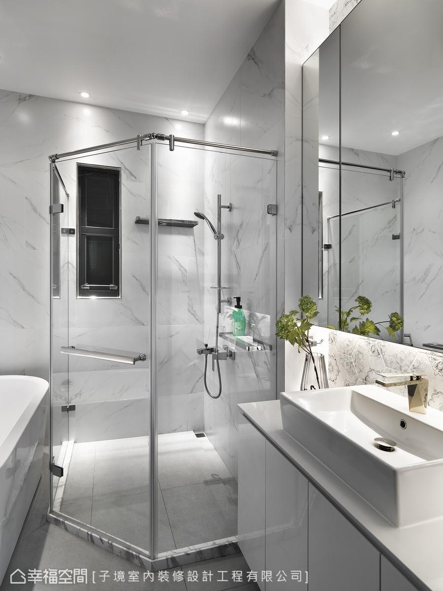 透過客變在浴廁置入浴缸,並以白色大理石鋪述恢弘大氣視覺,金色水龍頭提煉低調奢華氣韻。
