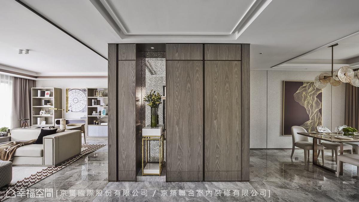 不對稱分割的櫃體與復古鏡面及花卉構成高雅端景,而深色木質牆面也成為視覺重心,體現均衡的對稱美學。