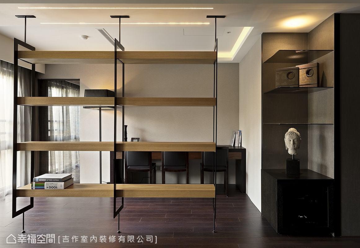 書房與客廳的隔牆改以工業風的鐵件木架,並裝設細長的LED光源,透過光影烘托出空間立體感。