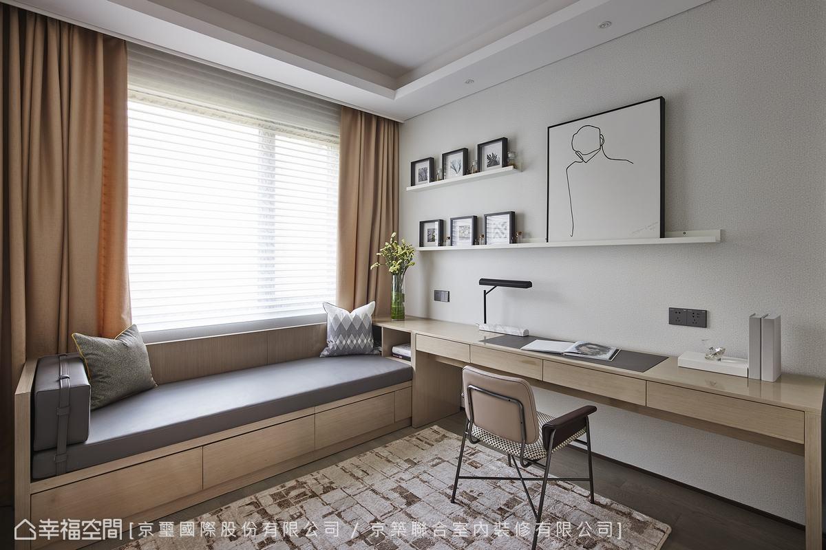 淺色木質由書桌延伸至臥榻,與灑入屋內的自然光源氤氳出慵懶放鬆的情境,構成不受打擾的靜謐角落。