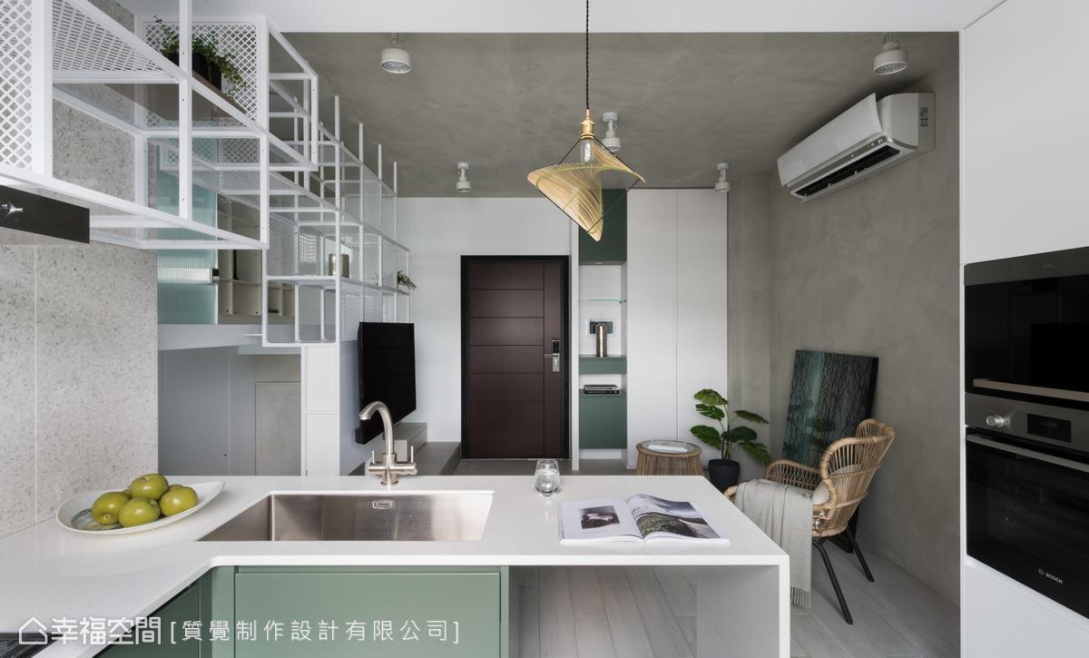 屋主非常喜歡到泰國旅遊,對於大自然色系情有獨鍾,因此設計師以墨綠色櫃體為空間添入一抹色彩。
