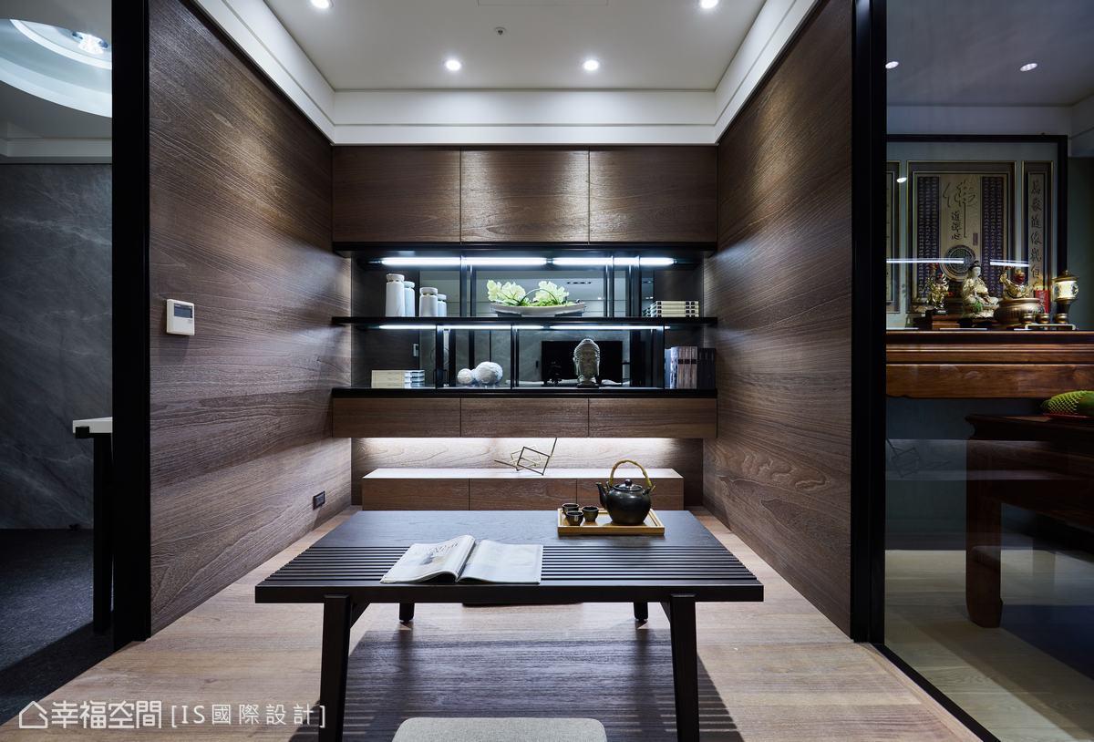 以和室設計規劃的起居室,主要是滿足屋主想要書房的需求,配置雅緻展示牆,兼具美觀與實用機能。