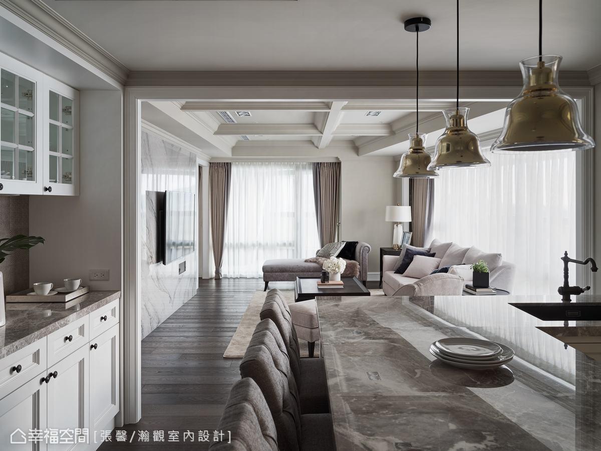 L型吧台輕食區,一側配置了水槽,方便清洗輕食碗盤,另一側則是充當餐桌的吧台,內側也有完善收納機能。