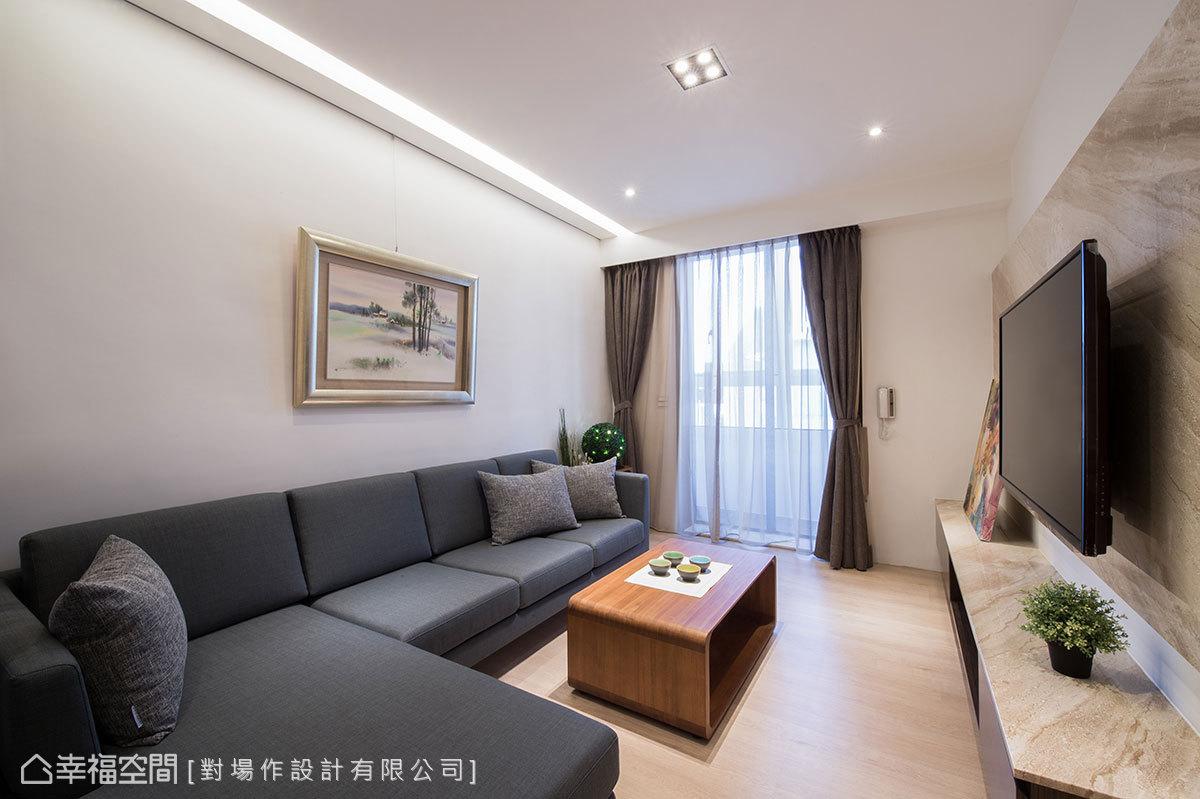以大面落地窗援引光線,空氣和風也於空間流動;沙發背牆設置掛畫軌道,讓屋主發揮創意隨意運用。