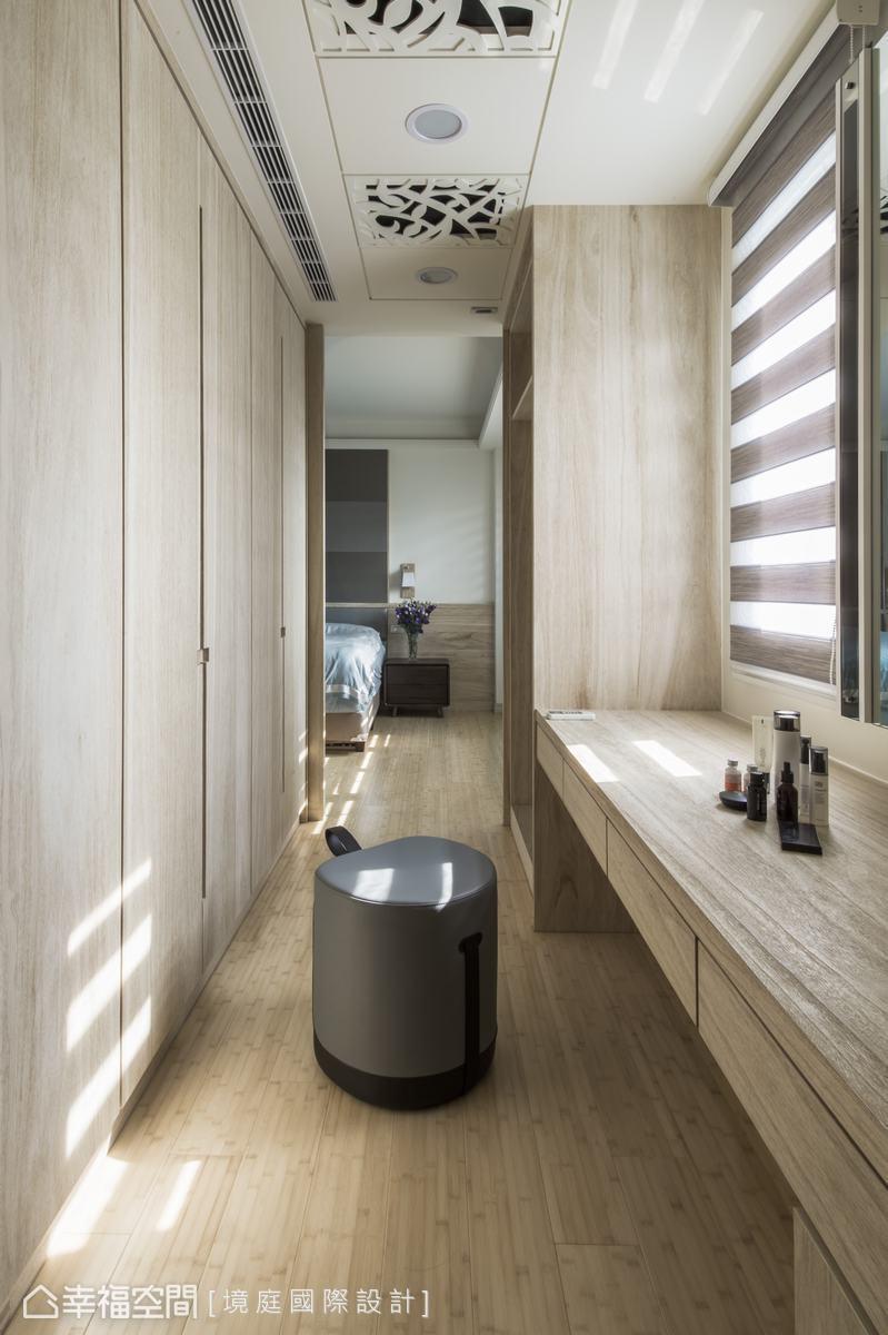 主臥室的更衣室在房間兩側,以ㄇ字型機能配置將收納量最大化。
