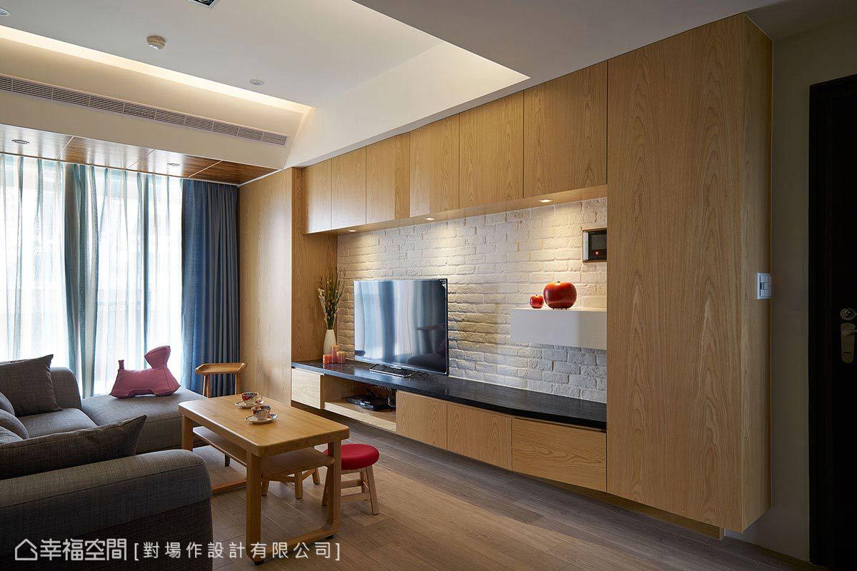 因應機能而生的電視主牆,由各式櫃體所組成,導以斜角的造型設計勾勒出精緻的木作風景。