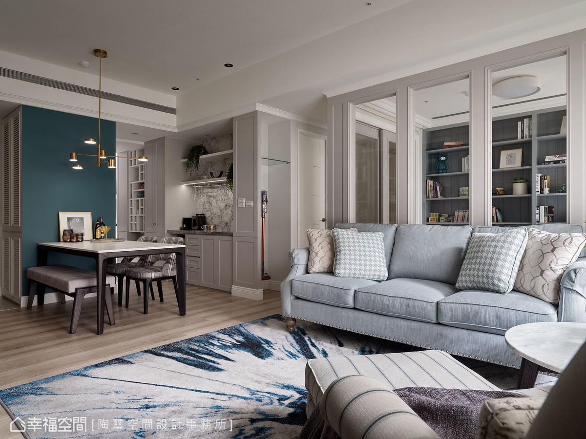為保有場域的開闊性,客廳、餐廳與廚房採開放式設計,書房的隔間也局部以玻璃界定,創造良好的視覺串聯。餐廳牆面以跳色墨綠宣示存在感,令人無法忽視。