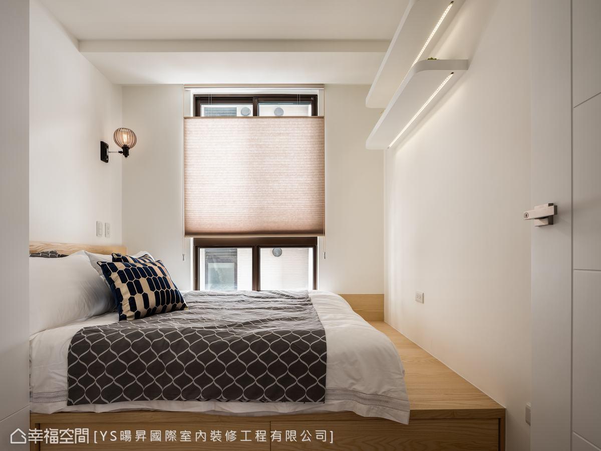 臥室簡潔素雅,架高木地板作為床架,下方配置抽屜,增加收納空間。