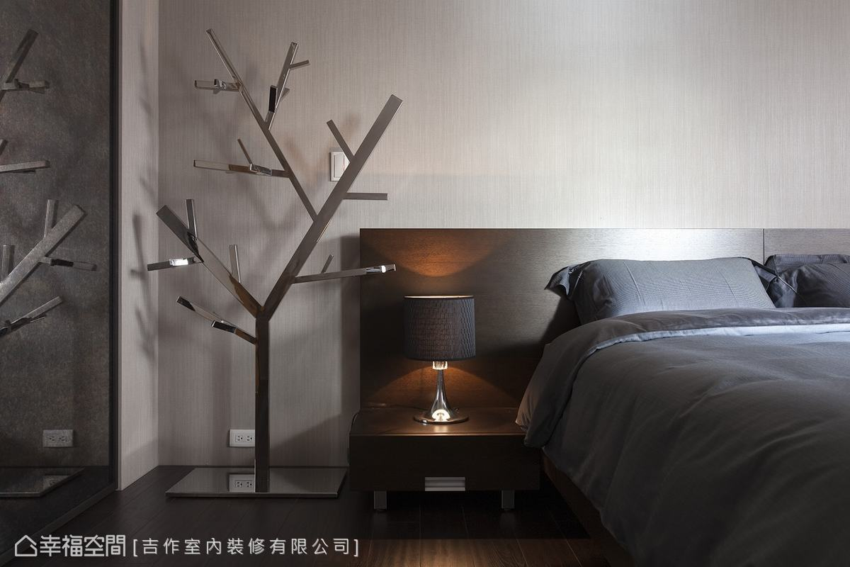 點綴金屬質感的裝飾性家具,使得臥房設計元素更具有一致性,亦賦予場域趣味性。