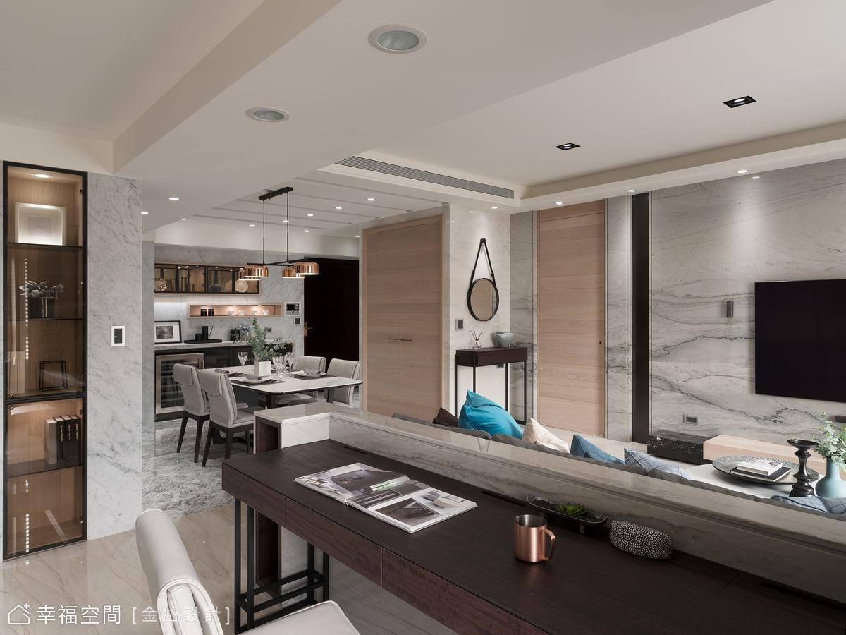設計師調整主臥室入口位置,使電視牆顯得更加恢弘大氣,同時延伸儲藏室的木質門片質感。