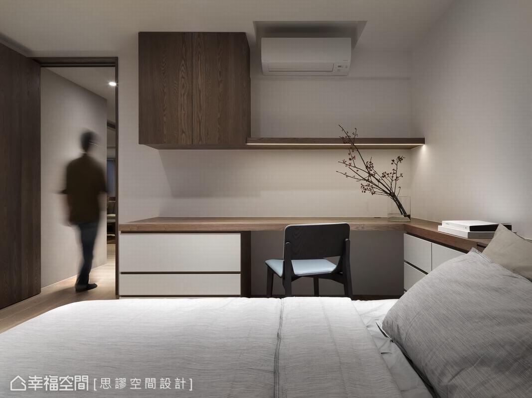 臥房壁面以書架和書桌框架出寧靜閱讀場域,壁面留白運生出空間舒放節奏,讓屋主可以隨處休養生息。