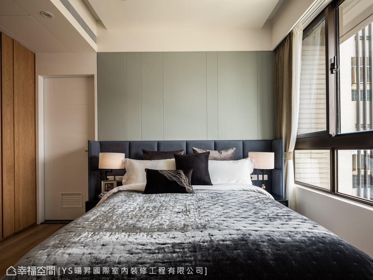 男主人希望以放鬆休閒感為主,設計師運用繃布、木皮等柔軟的材質營造閒適輕鬆感。