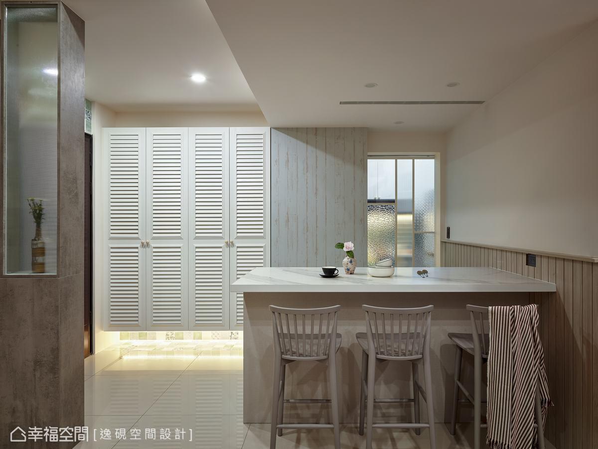 白色調美式線板打造懸空鞋櫃設計,輕盈量體視感,也增加收納機能。