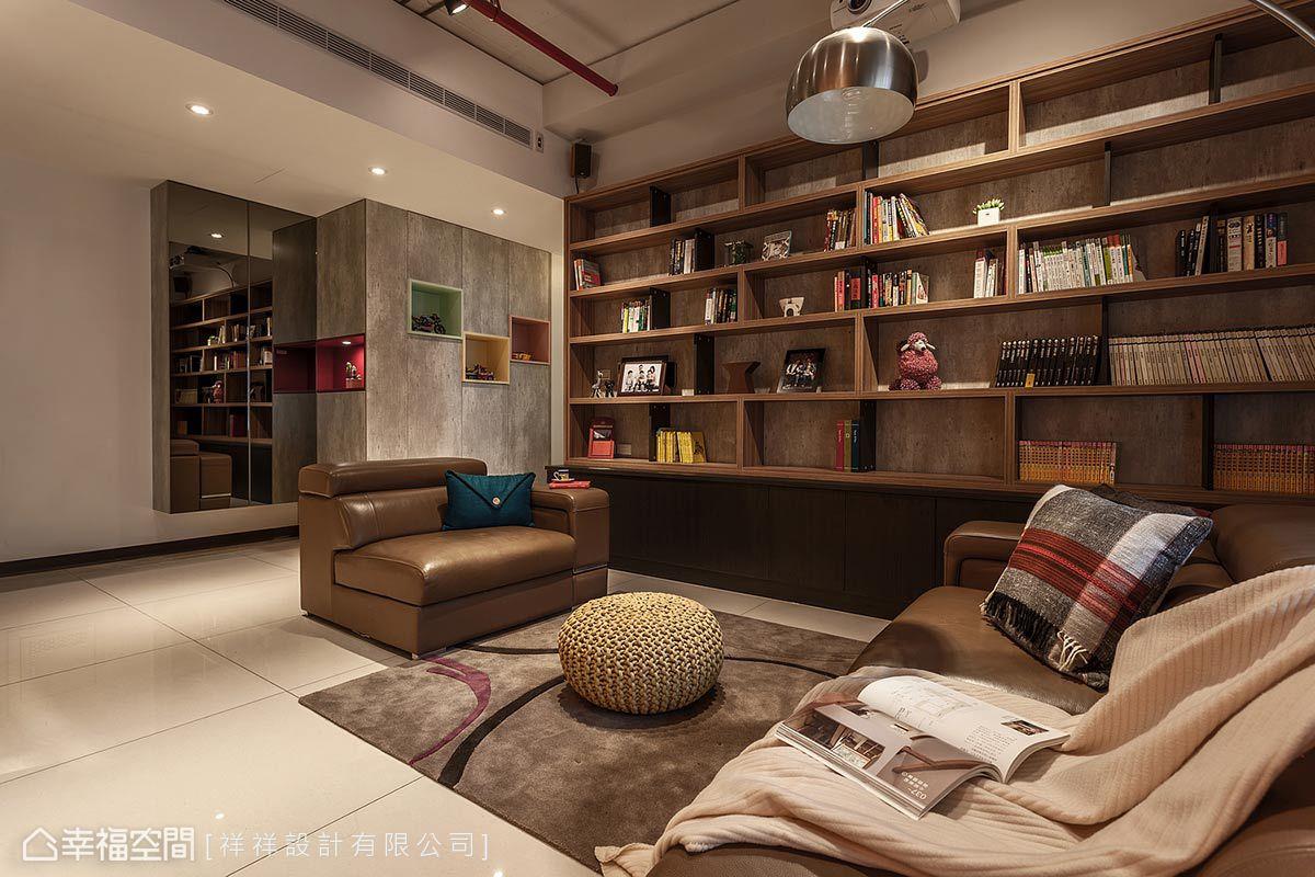 以系統櫃打造出大面書牆,讓客廳變成舒適輕鬆的閱讀空間;牆體底部使用仿清模材質展現原始工業感,恰巧與玄關櫃造型相呼應。