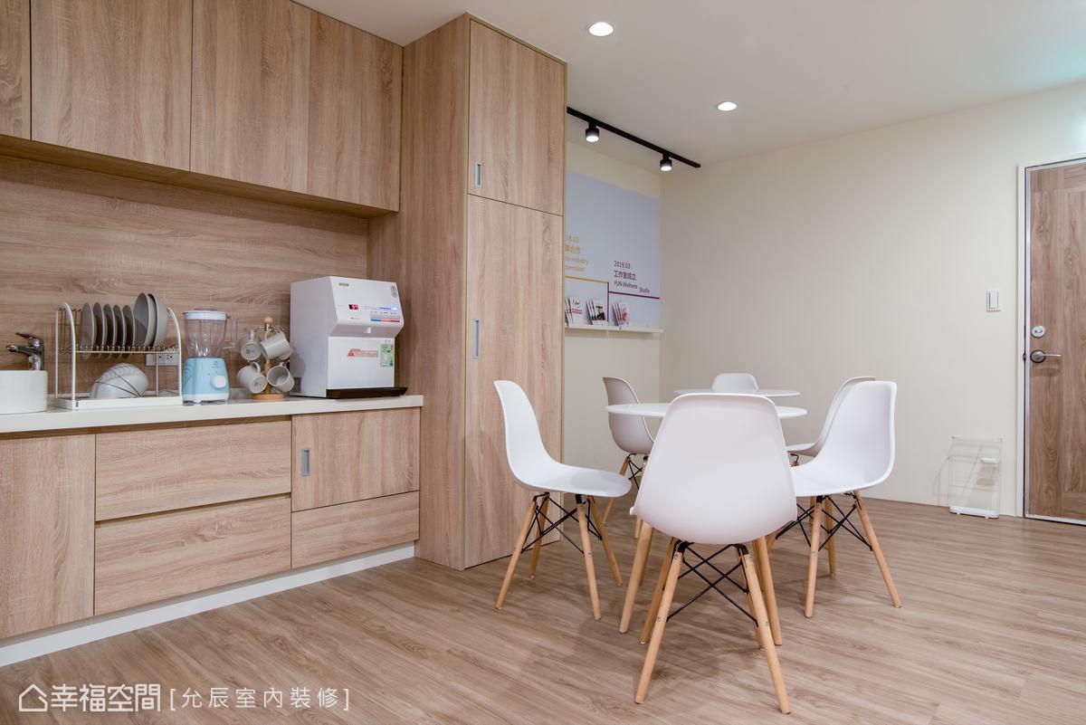 以白色家具搭配白牆設計,讓人一進門就感受的放鬆的清新感。