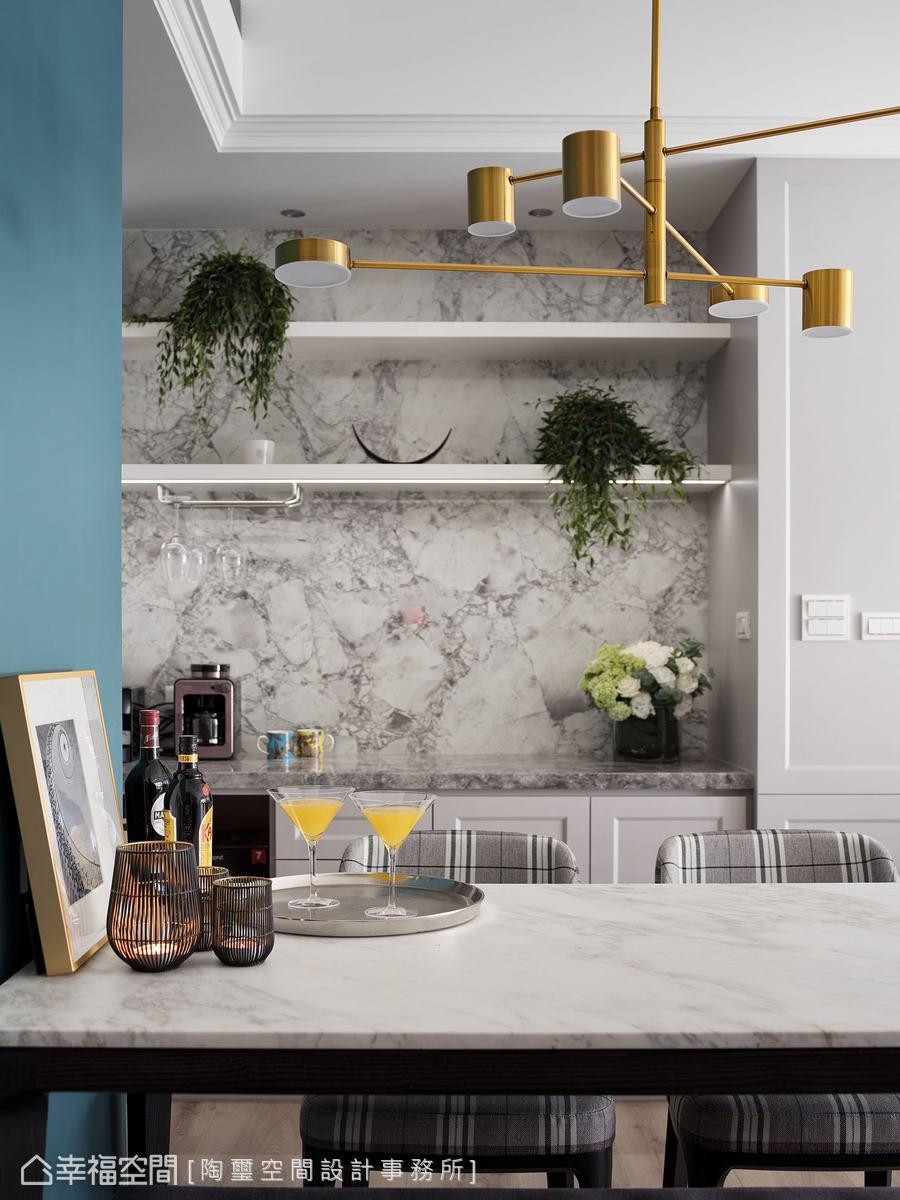 林欣璇設計師將大理石運用在餐櫃的背牆,利用自然的水墨紋路為餐廳空間營造出和諧質樸的氣蘊。