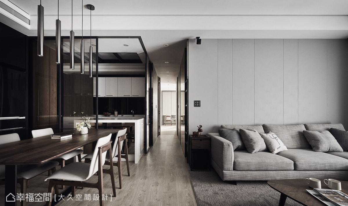 餐廚空間利用玻璃與鐵件組成的拉門劃分,維持場域通透及輕盈感,打開拉門時可讓餐廳與廚房維持一貫性。