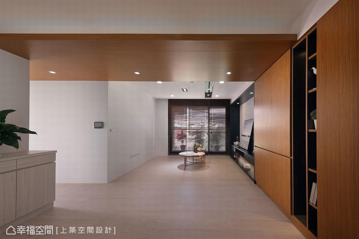 打開家門,門後的開放式客廳與餐廳,在設計師魏子涵的精心考量下,成為小坪數大空間的魔術視覺感。