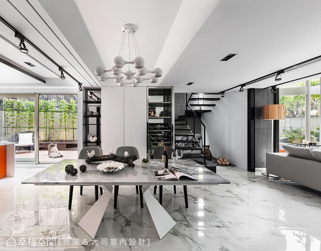 不同層次的白,不只體現於地面、壁面、立面,更以訂製餐桌及前衛燈具的質材紋理,交疊出精采多變的白色情境。