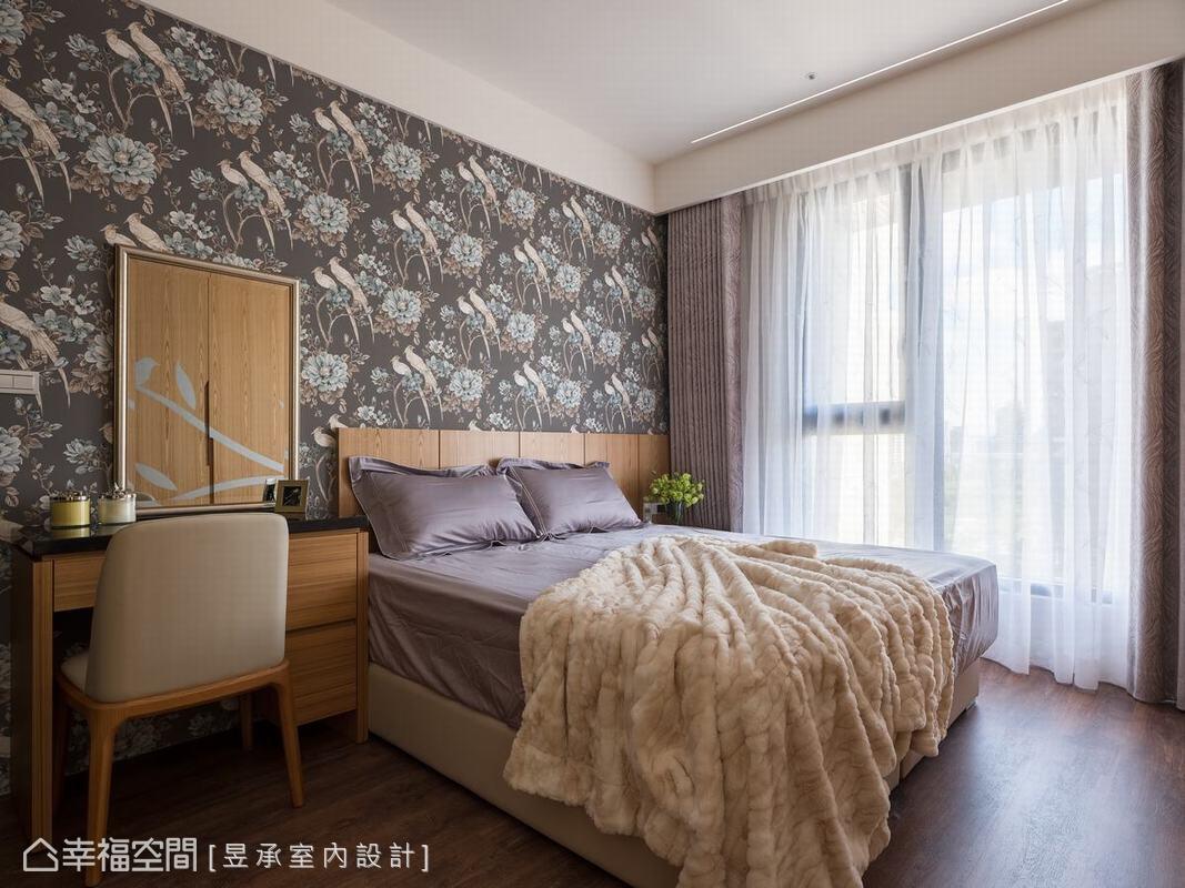 主臥房採用色大膽的花鳥圖騰壁紙,為空間點綴出更多豐富深度,同時顯露出屋主的個性品味。