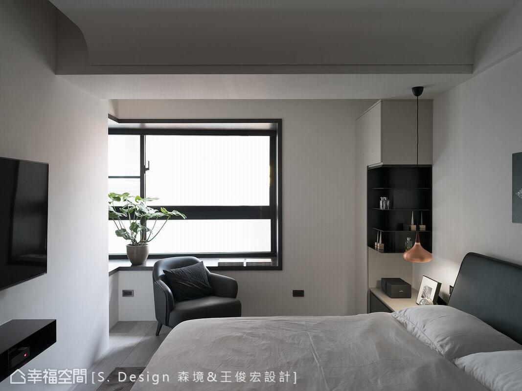 一如客廳區天花樑體的處理,主臥天花同樣採用弧狀包覆,讓厚重的樑在視覺上有良好減壓效果。