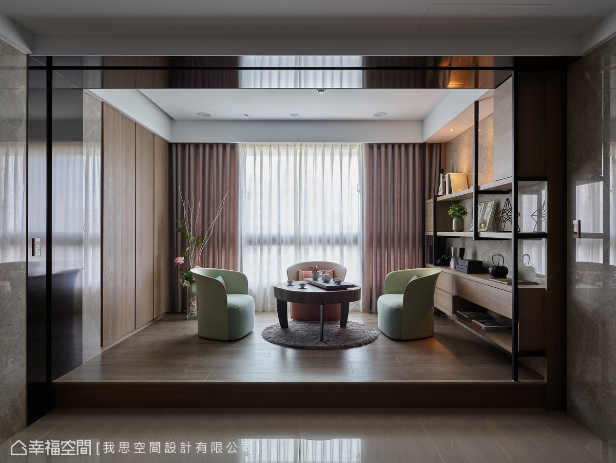 泡茶區以架高地坪界定場域,鐵架和木層板的展示櫃搭配大理石牆,營造出現代感的都會風情。