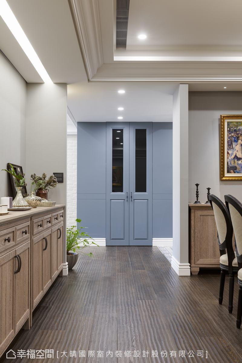 位於玄關旁的灰藍色對拉門,透露一股神秘氣質,其實這是一處擁有充足收納量的鞋房,足夠容納一個人從容進入裡頭,為自己搭配一雙鞋後再出門。