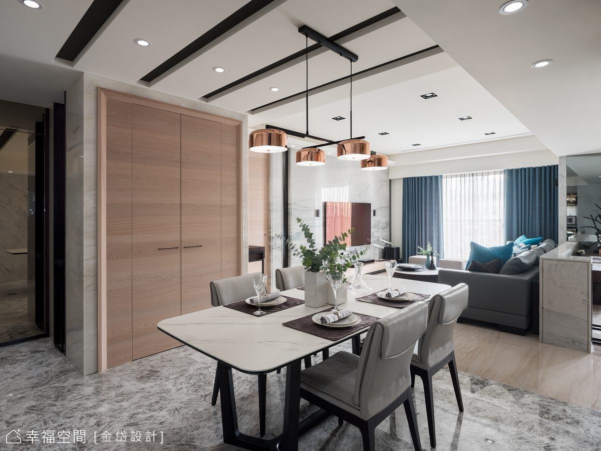 玄關側牆植入整面鞋櫃,門片利用茶鏡延伸空間景深,轉折入客廳的同側牆面也增設儲物室提升收納容積。