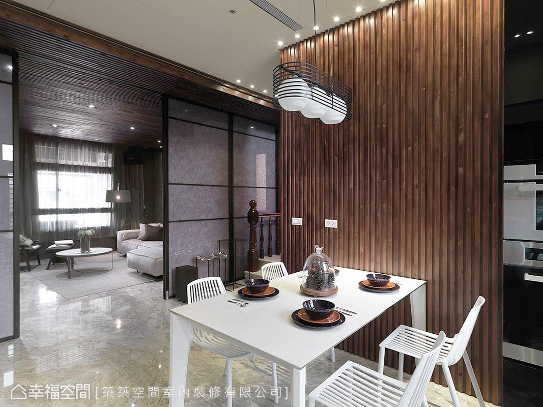 輕輕施展線條魔法,展演在餐廳主牆、餐椅與燈飾的造型上,用垂直及水平的線條,呈現餐敘時的視覺意象。